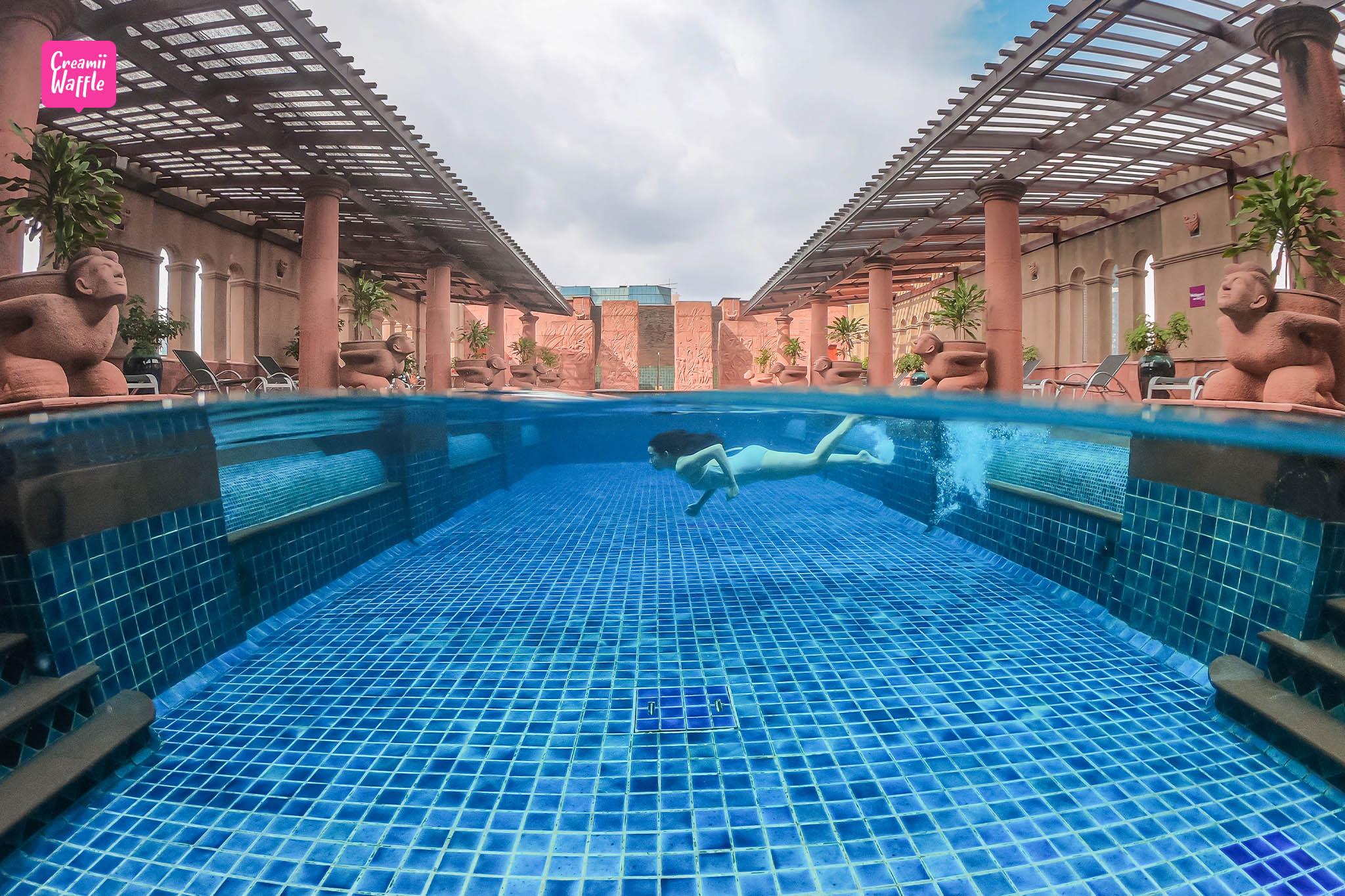 crowne plaza bangkok Lumpini Park swimming pool
